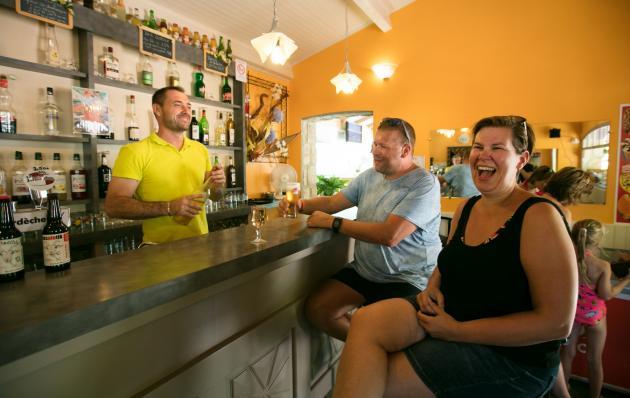 Geselliger Augenblick an der Campingplatz-Bar
